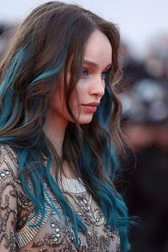"▷ 1001 + ideas for cool hairstyles on the topic of ""blue ▷ 1001 + Ideen für coole Frisuren zum Thema ""Blaue Haare"" Strands of blue on auburn hair, porcelain complexion, matt lipstick, evening dress, decorated with pearls - Hair Color Streaks, Hair Color Purple, Cool Hair Color, Green Hair, Blue Ombre, Peekaboo Hair Colors, Blue Hair Highlights, Teal Hair, Ombre Hair"