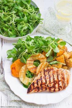 Dziś chciałabym Wam zaproponować Wam proste, lekkie i szybkie danie. Kurczak marynowany w zalewie miodowo limonkowej, ziołowe ziemniaki z chrupiącą skórką oraz