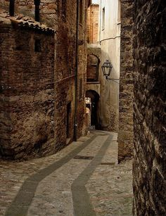 Narrow Passage, Todi, Italy photo via moyarte