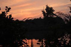 Ondergaande zon met weerspiegeling in het water