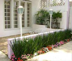 Jardines de estilo minimalista por MC3 Arquitetura . Paisagismo . Interiores https://www.homify.com.mx/libros_de_ideas/568609/jardines-frontales-7-ideas-7-estilos-diferentes