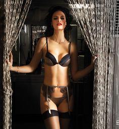 Inspirée de la tradition italienne des années 50 et de ses atmosphères envoûtantes, la nouvelle collection Christies célèbre la féminité voluptueuse et reflète à merveille le luxe et la volupté.  Incrustations de brillants Swarovski, transparences délicates, broderies précieuses, coupes audacieuses et détails soignés pour une lingerie d\\\'exception !