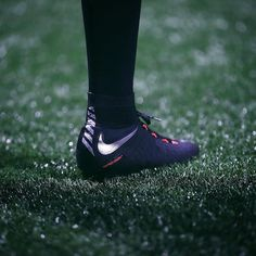 The new @nikefootball Strike Night Hypervenom 3 making it's debut last night. Is this your favourite HV3 so far?  Hit the LINK IN BIO to see more of this striking new colourway!  . . photo; @nikefootball . . #footydotcom #fcfc #footballboot #soccercleats #cleats #football #soccer #futbol #cleatstagram #totalsoccerofficial #fussball #nikefootball #nikesoccer #nike #hypervenom #london #ldn #striker #hypervenom3 #footballgame #soccergame #training #newrelease #gameday #strikenight #strike…