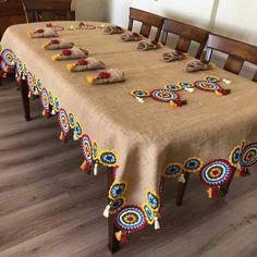 Inspire-se nessa bela toalha de juta usando trocando o crochet por módulos de Renda Tenerife de linha colorida Crochet Home, Crochet Motif, Crochet Doilies, Crochet Pillow, Crochet Flowers, Crochet Stitches, Crochet Patterns, Jute Crafts, Diy Home Crafts