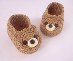 How to Make Crochet Baby Clothes: Step by Step Photo .- Como Fazer Roupas de Bebê de Crochê: Passo a Passos Fotos Crochet Baby Boots, Booties Crochet, Crochet Baby Clothes, Crochet For Boys, Crochet Slippers, Baby Booties, Baby Sandals, Baby Knitting Patterns, Crochet Patterns