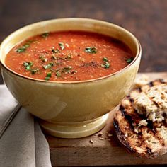 Tomato-quinoa soup with herbs - Healthy Food Guide Spicy Lentil Soup, Quinoa Soup, Spiced Pumpkin Soup, Healthy Soup Recipes, Healthy Food, Pureed Soup, How To Cook Quinoa, A Food, Food Processor Recipes