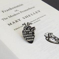Frankenstein smalto Pin - cuore anatomico smalto Pin distintivo - letteratura gotica raccolta - Book Lover - Halloween - nero e argento Pin