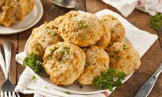 Vláčné muffiny se sýrem pomohou zahnat hlad a zároveň zpříjemní všední den. Hodí se k snídani, svačině i na večeři. Upečte si je spolu s námi! tescorecepty.cz - čerstvá inspirace.
