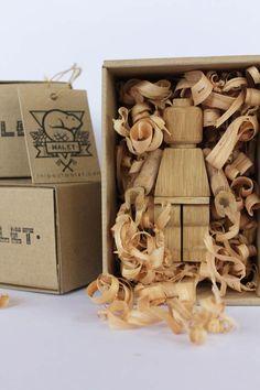 """Le designer français Thibaut  Malet a réalisé une nouvelle création sobrement intitulée """"Art Toy"""", qui prend la forme d'une figurine LEGO géante entièrement en bois."""