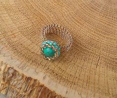 Türkis Beadwoven Ring - Boho Schmuck - Samenperle - Perlen - Perlen Ring   Dies ist ein schönes Peyote-Ring. Ich habe japanischen Rocailles in Gold Farbe und Türkis Perlen verwendet. Flexible Bandring, vier Reihen breit.   Größe 7: 2 1/8 Zoll oder 5,4-5,6 Zentimeter (cm)  Ich mache :) Ringe in allen Größen Wenn Sie die Größe Ihres Fingers nicht kennen, verwenden Sie einen dünnen Streifen Papier, das Sie um Ihren Finger wickeln (stellen Sie sicher, das Papier ist unterhalb des gemeinsamen…
