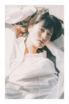 女優、橋本愛をモデルに起用したJORNARL STANDARDのシーズンビジュアルが公開!   関西のとっておき新発見を毎日comepass<コンパス> Portrait Photography, Beautiful Women, Ruffle Blouse, Japan, Actresses, Actors, Lady, Ai Hashimoto, Cute
