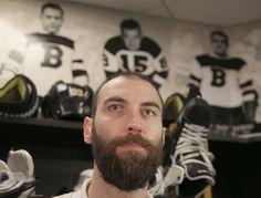 Kapitán Bostonu hrá v NHL už dvadsať rokov – za ten čas sa z najhoršieho obrancu New Yorku Islanders vypracoval na víťaza Norris Trophy pre najlepšieho obrancu NHL. Nhl, Monitor, Fictional Characters, Fantasy Characters