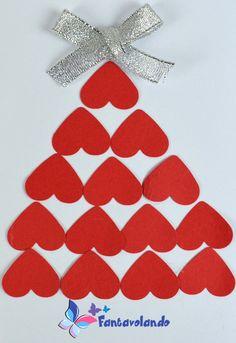 Ecco un'idea semplicissima per realizzare un bigliettino di auguri. Materiale: cartoncino bianco A4, cartoncino verde o rosso, nastrini rossi e argentanti, colla, forbici. Pieghiamo a metà il cartoncino bianco per fare il biglietto. Disegniamo e ritagliamo i cuori nel cartoncino verde orosso. Possiamo utilizzare anche una piccola fustellatrice per realizzare i cuori. Incolliamo i cuori sul cartoncino bianco formando un albero di Natale. Incolliamo un fiocco sulla sommità dell'albero. Con… Activity Board, Favor Bags, Big Shot, Montessori, Christmas Cards, Greeting Cards, Activities, Paper, Handmade