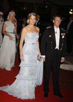 Maxima в красивый, серебряный выпускной платье на торжественный ужин в честь принца Альберта и принцессы Charlenes свадьба, июль 2011.
