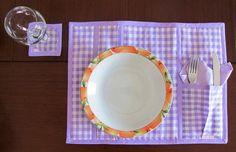1 unidade.  *ao fechar seu pedido, nos sinalize a cor desejada: lilás, rosa, amarelo, verde, vermelho, azul claro, azul escuro*  Substitui a toalha e decora sua mesa.   Lindo para jantares especiais. Ótimo para presentear no chá de cozinha. Peça de enxoval.   - em tecido duplo  - com manta acrílica: deixa seu produto estruturado - totalmente lavável - bolsinho lateral para talheres e guardanapo    Obs.: contém 1 unidade do lugar americano. Este produto não acompanha os demais ítens da foto…