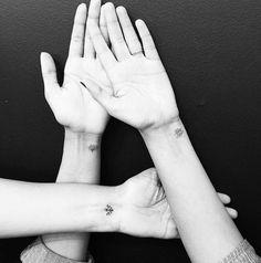tatouage-poignet-discret-fleurs-lotus-amitié