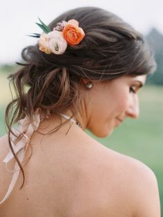 Blush and Orange Ranunculus Hair Accessory | Bella Lu Floral https://www.theknot.com/marketplace/bella-lu-floral-denver-co-524312 | Harmony Kilgore | Laura Murray Photography https://www.theknot.com/marketplace/laura-murray-photography-denver-co-610009