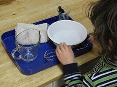 Vispövning. Handduken på bilden fungerar som trasa för att torka upp spilt vatten när barnet arbetat klart.