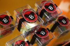 Caixinha Mickey para festa infantil! Mais ideias AQUI: http://mamaepratica.com.br/2015/05/14/9-ideias-para-decorar-sua-festa-com-guloseimas Foto: https://www.facebook.com/Fotografiaderecemnascido