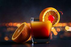 Υλικά 1 μεζούρα τεκίλα4 μεζούρες χυμό πορτοκάλι2 κουτ. γλυκού γρεναδίνηΠαγάκιαΦέτα πορτοκαλιού και 1 κεράσι μαρασκίνο για γαρνίρισμα Εκτέλεση Ρίχνετε την τεκίλα σε ένα ποτήρι που προηγουμένως είχατε βάλει τα παγάκια. Ρίξτε και ανακατέψτε μέσα το χυμό πορτοκαλιού. Έπειτα προσθέτετε τη γρεναδίνη, γαρνίρετε με τη φέτα πορτοκαλιού και το κεράσι μαρασκίνο και σερβίρετε. The post Τεκίλα Sunrise appeared first on otselementes. Liquor Delivery, You And Tequila, Tequila Sunrise, Orange Juice, Moscow Mule Mugs, Glow, Make It Yourself, Bottle, Tableware
