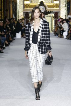 The complete Balmain Spring 2018 Ready-to-Wear fashion show now on Vogue Runway. Runway Fashion, Fashion News, Spring Fashion, High Fashion, Fashion Outfits, Balmain, Vogue Paris, Camille Hurel, Style Haute Couture