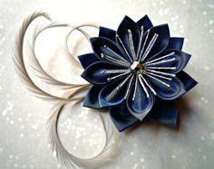 Broche et pince à cheveux avec une fleur en taffetas plié bleu, perle et plumes