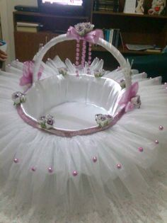 Learn how to make DIY Baby Shower Gift Basket Ideas for Girls Baby Shower Gift Basket, Baby Baskets, Baby Shower Gifts, Easter Baskets, Wedding Gift Baskets, Decoration Evenementielle, Flower Girl Basket, Baby Shower Decorations, Basket Ideas