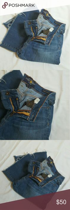 Lucky Brand flare jeans Lucky Brand flare jeans in great condition size (28/6) the bottoms are worn out a little shown in pic4  Inseam is 30in. Lucky Brand Jeans Flare & Wide Leg
