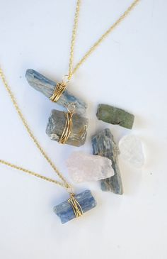 Make this DIY wire wrapped crystal pendant on aliceandlois.com