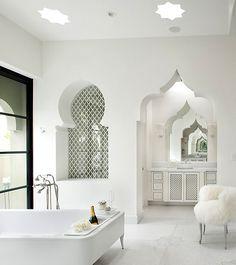 #baignoire dans une salle de bain de style marocain contemporain