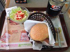 沖縄らしく、A&Wでお昼ごはん。モッツァバーガーのサラダセットで、飲み物はルートビア!