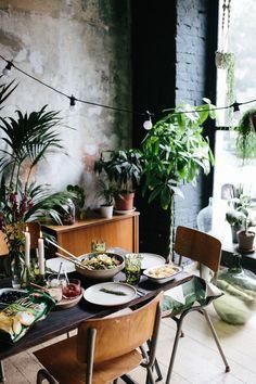 Es ist Ende August und das Wetter hat sich in den letzten Tagen nicht   lumpen lassen und alle Sommernörgler eines Besseren belehrt und gezeigt,   was eine richtig schöne Sommerhitze so bedeutet und eben ausmacht. Schön   war das. Früh aufstehen, um die Kühle am Morgen zu genießen, ab an den See   o Deco Jungle, Sweet Home, Deco Nature, Dream House Interior, Style Deco, Decoration Table, Dinner Table, Home And Living, Interior Inspiration