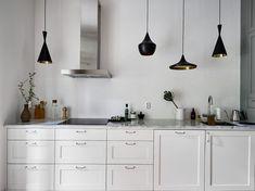 Post: Lámparas colgantes sobre la encimera ---> blog decoración nórdica, cocinas modernas, cocinas nórdicas, cocinas pequeñas, cocinas sin muebles superiores, iluminación cocinas, Lámparas colgantes sobre la encimera, lámparas de techo, tom dixon, lights, lamps