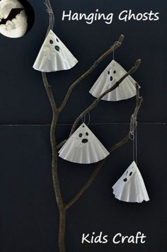 Simple and cute ghost craft for kids. Perfect as a Halloween craft activity for toddlers and preschoolers. Post has other ideas for using this activity as a prop and Halloween decor item. Diy Halloween, Halloween Arts And Crafts, Theme Halloween, Adornos Halloween, Manualidades Halloween, Halloween Projects, Holidays Halloween, Halloween Ghosts, Halloween House