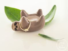 Sloth ring holder - Clay sloth ornament - Sloth figurine - Sloth jewelry organizer - Sloth art - Sloth gifts - Gift for her -Valentines gift - Faultier-Ringhalte aus Keramik. So süß! Diy Jewelry Rings, Diy Jewelry Unique, Diy Jewelry To Sell, Diy Jewelry Holder, Clay Jewelry, Jewelry Art, Necklace Holder, Ceramic Jewelry, Fabric Jewelry