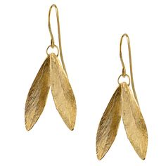 These delicate double leaf earrings feature beautifully engraved feathered details. Made from gold vermeil, they are a timeless and everyday classic. As seen on The Duchess of Cambridge (Kate Middleton). Feather Jewelry, Leaf Jewelry, Feather Earrings, Women's Earrings, Gold Jewelry, Kate Middleton Schmuck, Kate Middleton Earrings, Kuala Lampur, Harry Potter Charm Bracelet