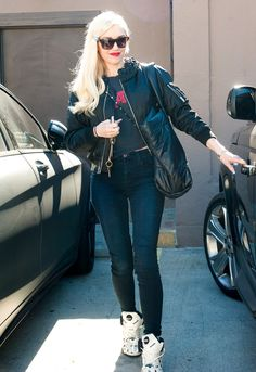 Gwen Stefani goes rocker chic and shows slim pins in skintight jeans Blake Shelton Gwen Stefani, Blake Shelton And Gwen, Denim Fashion, Star Fashion, Women's Fashion, Gwen Stefani Style, Street Style 2016, Edgy Style, Rocker Chic