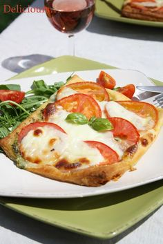 fines tartes tomates-mozzarella sur lit de pesto
