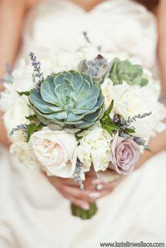 ramo de novia con suculentas y flores blancas
