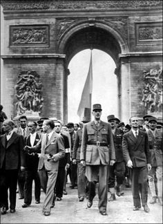 August 1944 Charles De Gaulle and the liberation of Paris History Of Time, French History, Paris Vintage, Old Paris, French Armed Forces, Gaulle, Past Present Future, Book Images, Military History