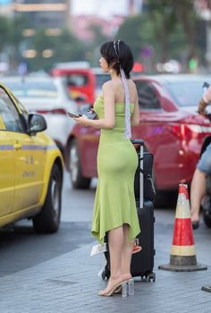 Green sheath dress, for Asian girl, the figure is awesome - Your Cuties Beautiful Girl Image, Beautiful Asian Women, Sexy Asian Girls, Sexy Hot Girls, Cute Little Girl Dresses, Japanese Sexy, Indian Beauty Saree, Models, Sexy Outfits