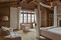La salle à coucher avec une couleur du bois et le blanc