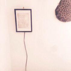 Des petits tableaux lumineux avec mes gravures créés par mon papa & moi sont disponible à @baladessonores ! #chicamancha #baladessonores #paris #handmade #pieceunique #gravure #illustration #dessin #deco #luminaire