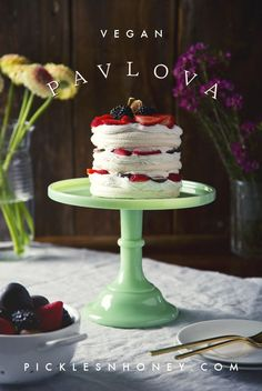 Aquafaba Vegan Pavlova (or vegan meringue!) Vegan Cake vegan cake with aquafaba Brownie Desserts, Oreo Dessert, Mini Desserts, Coconut Dessert, Plated Desserts, Healthy Vegan Dessert, Cake Vegan, Vegan Dessert Recipes, Vegan Treats
