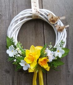 Easter Flower Arrangements, Easter Flowers, Floral Arrangements, Clothes Pin Wreath, Church Flowers, Diy Easter Decorations, Valentine Wreath, Garden Crafts, Easter Wreaths