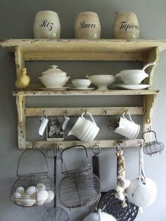 Mooi keukenrek / regaal in oude stijl Kitchen Decor, Vintage Cottage, Retro Interior, Farmhouse Bathroom Decor, Decor, Shabby Chic Interiors, Vintage House, Shelf Decor, Rustic Kitchen