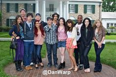 The cast of Brilhante Victoria and iCarly infront of Elvis's house wallpaper containing a business suit and a suit in The Brilhante Victoria Club Victorious Nickelodeon, Icarly And Victorious, Adventures In Babysitting 2016, Icarly Cast, Disney Cast, Ariana Grande Pictures, Miranda Cosgrove, Elizabeth Gillies, Victoria Justice