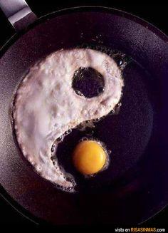 Buenos dias! El desayuno:  Yin y Yang con un solo huevo. #eggs #breakfast