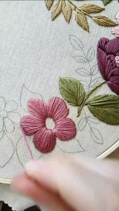 Bead Embroidery Tutorial, Hand Embroidery Patterns Flowers, Hand Embroidery Videos, Flower Embroidery Designs, Hand Embroidery Stitches, Ribbon Embroidery, Simple Hand Embroidery Designs, Crochet, Couture