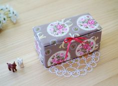 DIY Upcycled Milk Carton Storage Box Tutorial in Pictures. Fabric Boxes Tutorial, Diy Tutorial, Milk Carton Crafts, Altered Cigar Boxes, Sewing Room Design, Diy And Crafts, Paper Crafts, Milk Box, Cardboard Paper